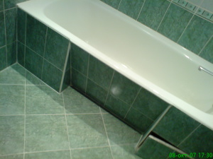 Фото ремонта в ванной комнате под ванной-4