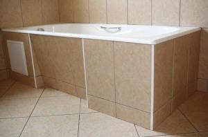 Фото ремонта в ванной комнате под ванной-7