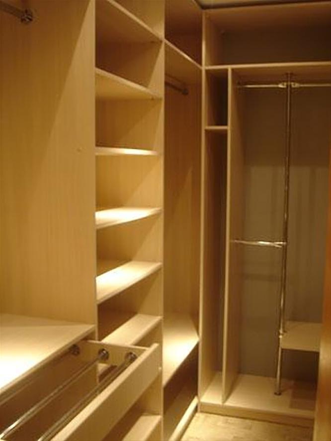 Идеи гардеробной в кладовке
