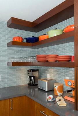 Деревянные угловые полки на кухне