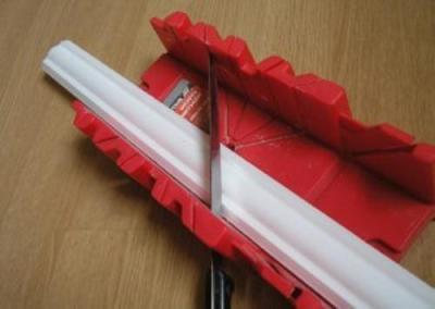 Как обрезать потолочные плинтуса