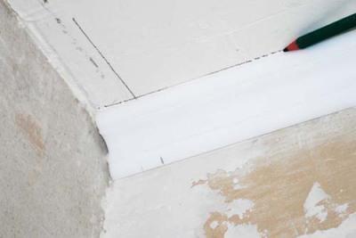 Как вырезать внешний угол потолочного плинтуса