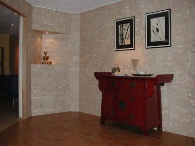 Отделка стен пробкой в гостиной