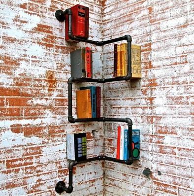 Угловая полка для книг из труб