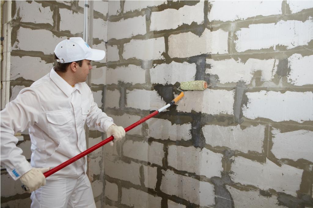 Как грунтовать стены под обои своими руками видео