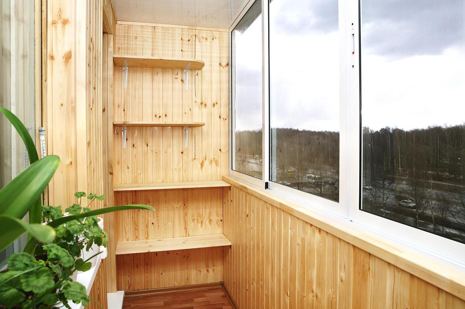 Дизайн маленького балкона обшитого деревом.