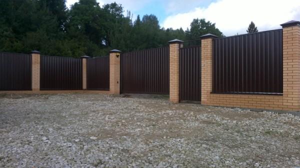 как построить забор из профлиста своими руками