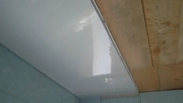 потолок на кухне из пластиковых панелей фото
