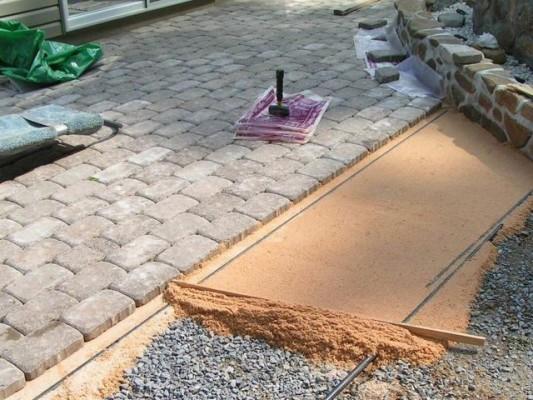 укладка тротуарной плитки на даче