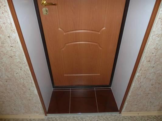 отделка откосов двери пластиковыми панелями