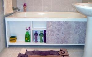Фото ремонта в ванной комнате под ванной-2
