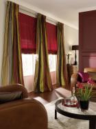 Дизайн штор для гостиной в римском стиле