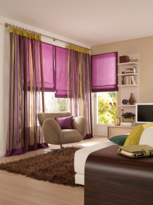 Современные шторы в гостиную в римском стиле