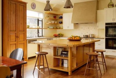 Деревянные угловые полки в кухне