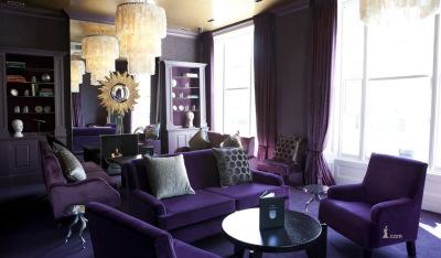 Дизайн зала фиолетового цвета