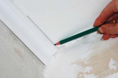Как обрезать угол потолочного плинтуса