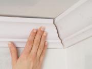 Как правильно зарезать потолочный плинтус своими руками