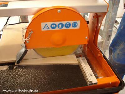 Как резать керамическую плитку электрическим плиткорезом