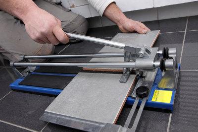 Как резать керамическую плитку плиткорезом