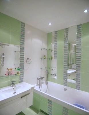 Стеклянная угловая полка в ванную комнату