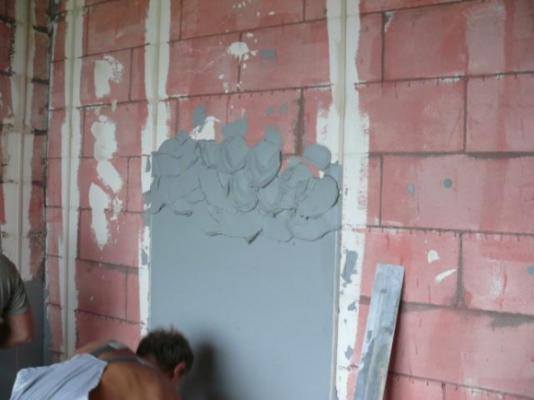 Как штукатурить стены видео
