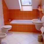 керамическая плитка в ванной комнате белая и оранжевая