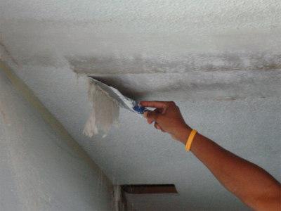демонтаж старого покрытия для покраски потолка