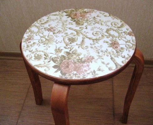 стол декорированный остатками обоев